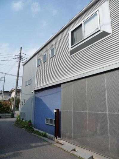 シンプルなガレージドア (ソトを取り込んで暮らす家 かなちゃんち)