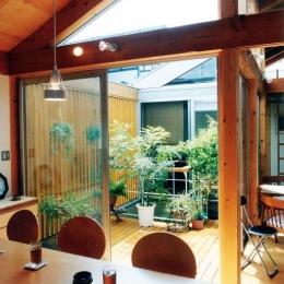 埼玉県羽生市・30坪の敷地に建つ6人家族の家|かなちゃんち (リビングから中庭デッキを見る)