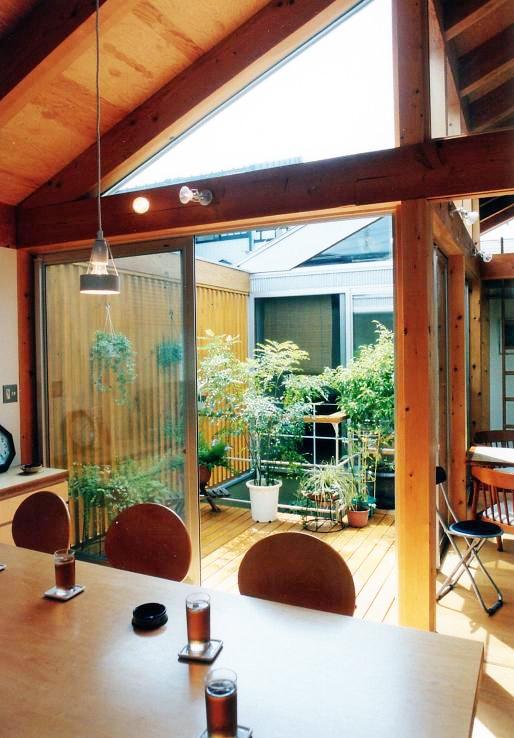埼玉県羽生市・30坪の敷地に建つ6人家族の家|かなちゃんちの部屋 リビングから中庭デッキを見る