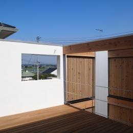 隣家を気にせずくつろげるデッキスペース (栃木県高根沢町・周囲を気にせず内側で暮らす家|UC house)