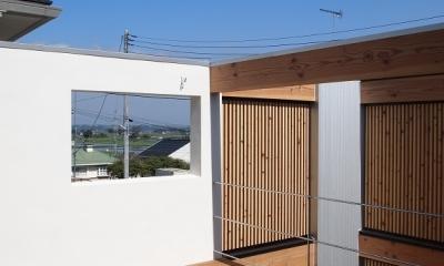 内側で開放的に暮らす家|UC house (隣家を気にせずくつろげるデッキスペース)