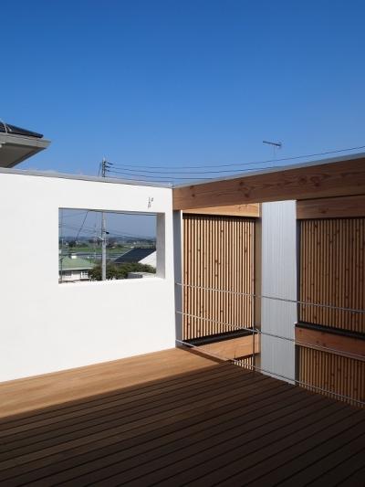 隣家を気にせずくつろげるデッキスペース (栃木県高根沢町・周囲を気にせず内側で暮らす家 UC house)
