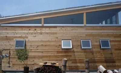 大地に根付く家|mat house (無垢板の外壁)