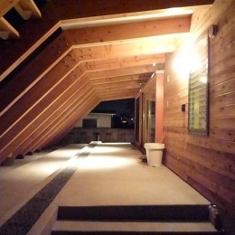 大地に根付く家|mat house-屋外テラス夜景