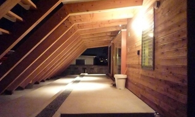 大地に根付く家|mat house (屋外テラス夜景)