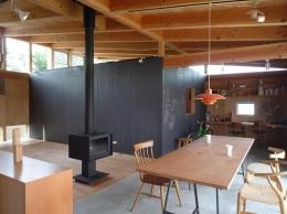 群馬県太田市・芝屋根住宅-1|mat house (土間のリビングダイニング)