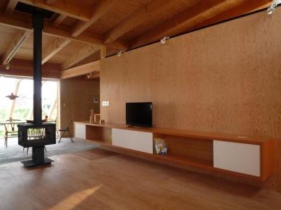 大地に根付く家 mat house (木の温もりを感じるリビング)