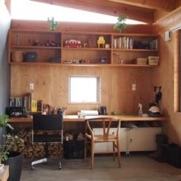 大地に根付く家|mat house (土間の一角にあるワークスペース)