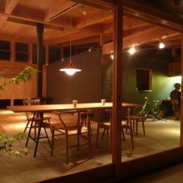 群馬県太田市・芝屋根住宅-1|mat house (ダイニングの風景)