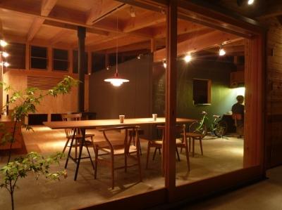 ダイニングの風景 (大地に根付く家|mat house)