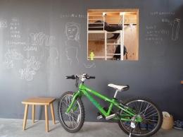 群馬県太田市・芝屋根住宅-1|mat house (リビングにある黒板の壁)
