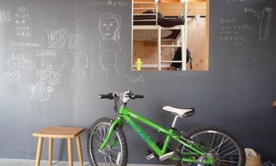大地に根付く家|mat house (リビングにある黒板の壁)