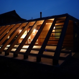 群馬県太田市・芝屋根住宅-1|mat house (外観夜景|ルーバーのような13本の梁)