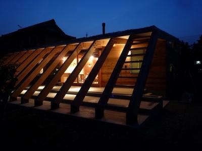 外観夜景|ルーバーのような13本の梁 (群馬県太田市・芝屋根住宅-1|mat house)