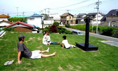 大地に根付く家|mat house (芝生の屋根は気持ちいい!)