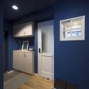 自然素材とお気に入りの色に囲まれた住まいの写真 ブルーの玄関