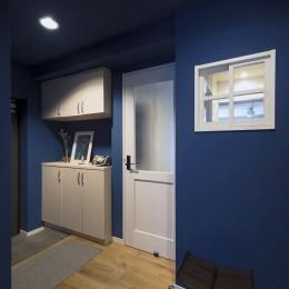 横浜市B様邸 ~自然素材とお気に入りの色に囲まれた住まい~ (ブルーの玄関)