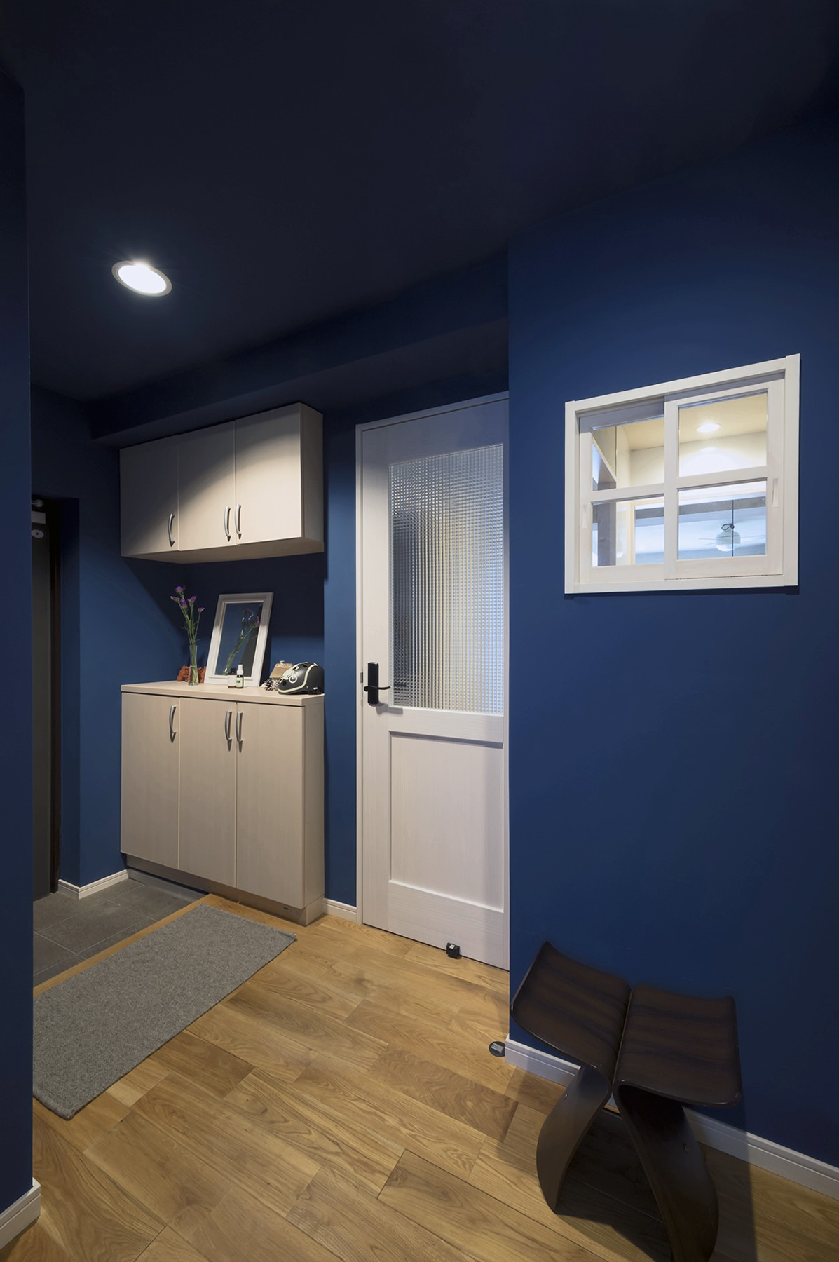 玄関事例:ブルーの玄関(自然素材とお気に入りの色に囲まれた住まい)
