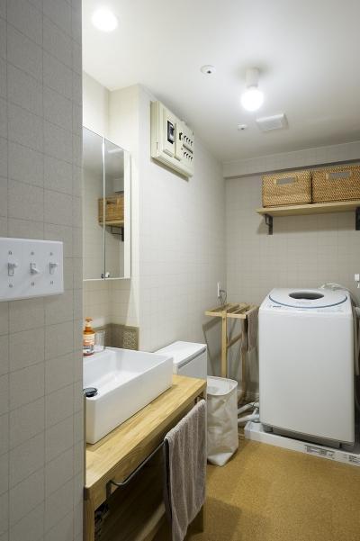 木×鉄素材がかっこいい、洗面室 (横浜市B様邸 ~自然素材とお気に入りの色に囲まれた住まい~)