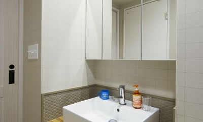 さりげないタイル使いがお洒落な洗面台|自然素材とお気に入りの色に囲まれた住まい