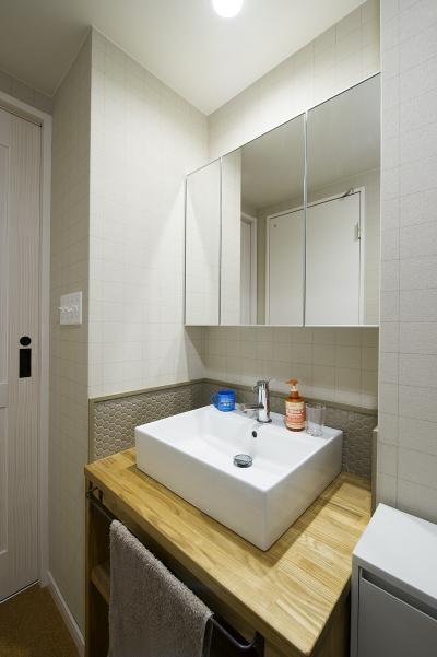 さりげないタイル使いがお洒落な洗面台 (自然素材とお気に入りの色に囲まれた住まい)