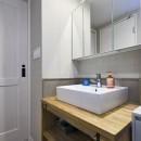 横浜市B様邸 ~自然素材とお気に入りの色に囲まれた住まい~の写真 さりげないタイル使いがお洒落な洗面台