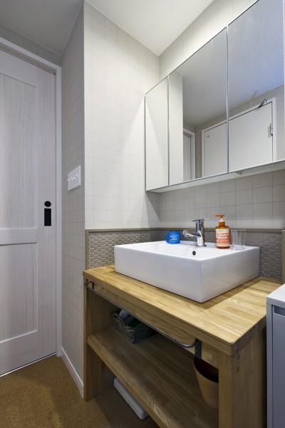 さりげないタイル使いがお洒落な洗面台 (横浜市B様邸 ~自然素材とお気に入りの色に囲まれた住まい~)