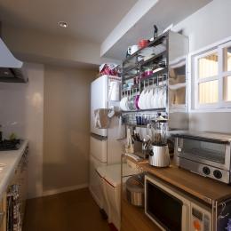 自然素材とお気に入りの色に囲まれた住まい (シンプル設計で、使いやすいキッチンに。)