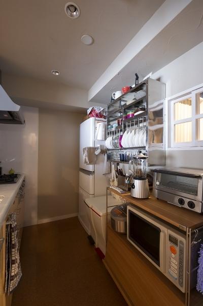 シンプル設計で、使いやすいキッチンに。 (自然素材とお気に入りの色に囲まれた住まい)