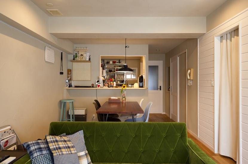 自然素材とお気に入りの色に囲まれた住まいの部屋 カラーと素材感を楽しむダイニング