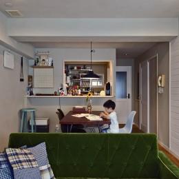 横浜市B様邸 ~自然素材とお気に入りの色に囲まれた住まい~-カラーと素材感を楽しむダイニング
