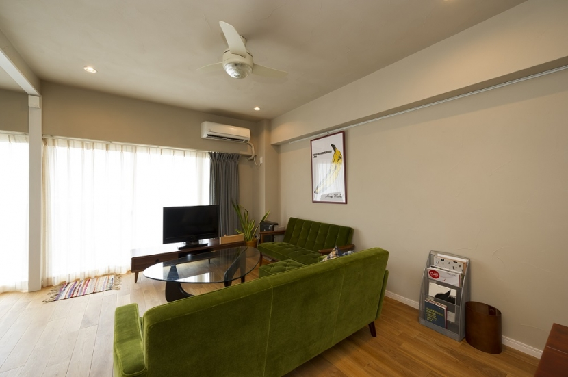 自然素材とお気に入りの色に囲まれた住まいの部屋 自由に飾る