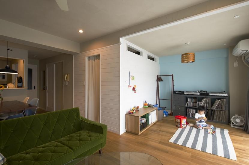 自然素材とお気に入りの色に囲まれた住まいの部屋 ファミリースペースとファミリークローゼット
