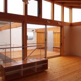 内側で開放的に暮らす家|UC house-2階リビングからデッキスペースを見る