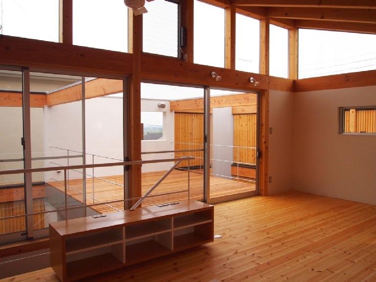 栃木県高根沢町・周囲を気にせず内側で暮らす家|UC house (2階リビングからデッキスペースを見る)