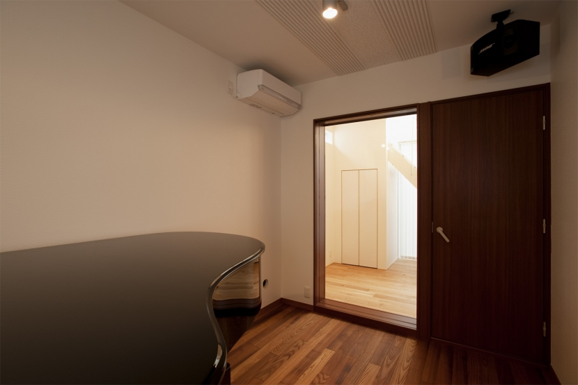 K邸・音楽室のある光あふれる小さなお家の部屋 趣味部屋(ピアノ部屋)