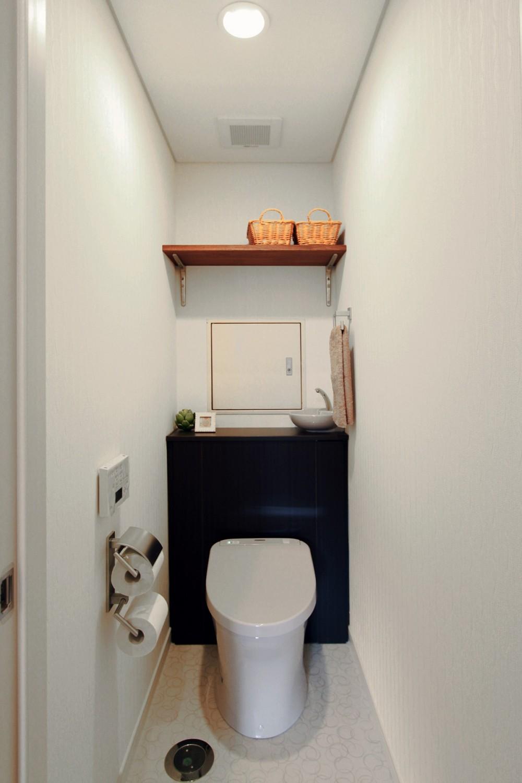 タイルやカラーでオリジナリティを楽しむ家 (収納の工夫ですっきりトイレ空間)