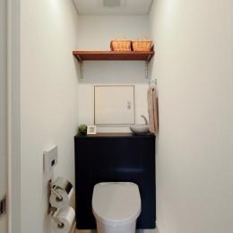 横浜市D様邸 ~タイルやカラーでオリジナリティを楽しむ家~ (収納の工夫ですっきりトイレ空間)