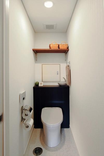 収納の工夫ですっきりトイレ空間 (横浜市D様邸 ~タイルやカラーでオリジナリティを楽しむ家~)