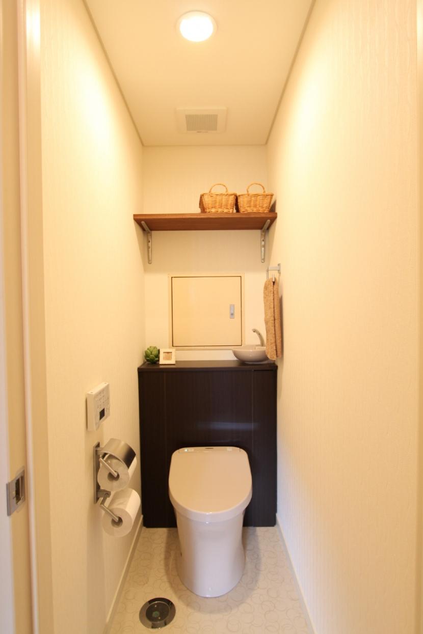 タイルやカラーでオリジナリティを楽しむ家の部屋 収納の工夫ですっきりトイレ空間