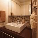 タイルやカラーでオリジナリティを楽しむ家の写真 アイテムにこだわった造作洗面台