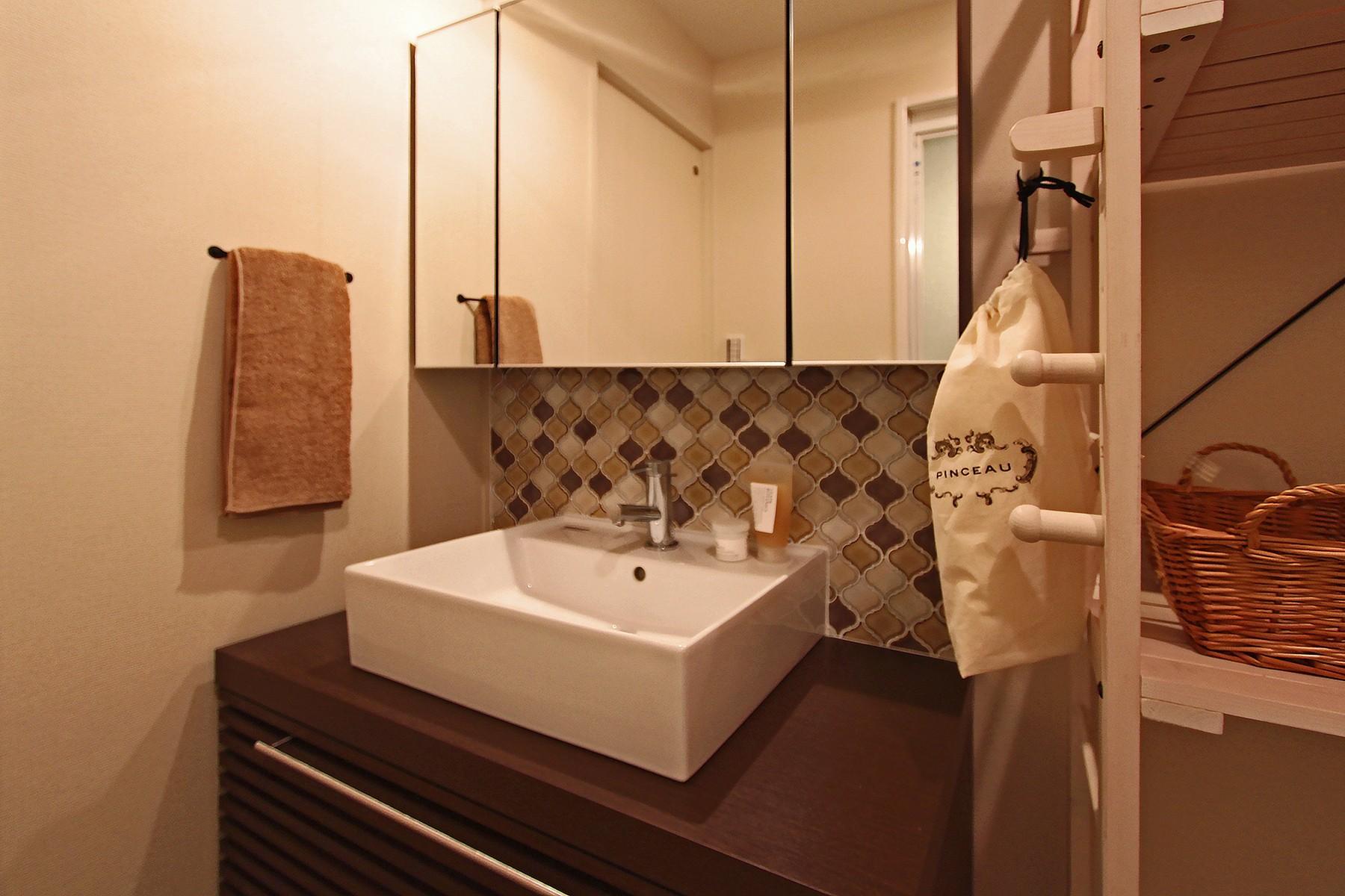 バス/トイレ事例:アイテムにこだわった造作洗面台(タイルやカラーでオリジナリティを楽しむ家)