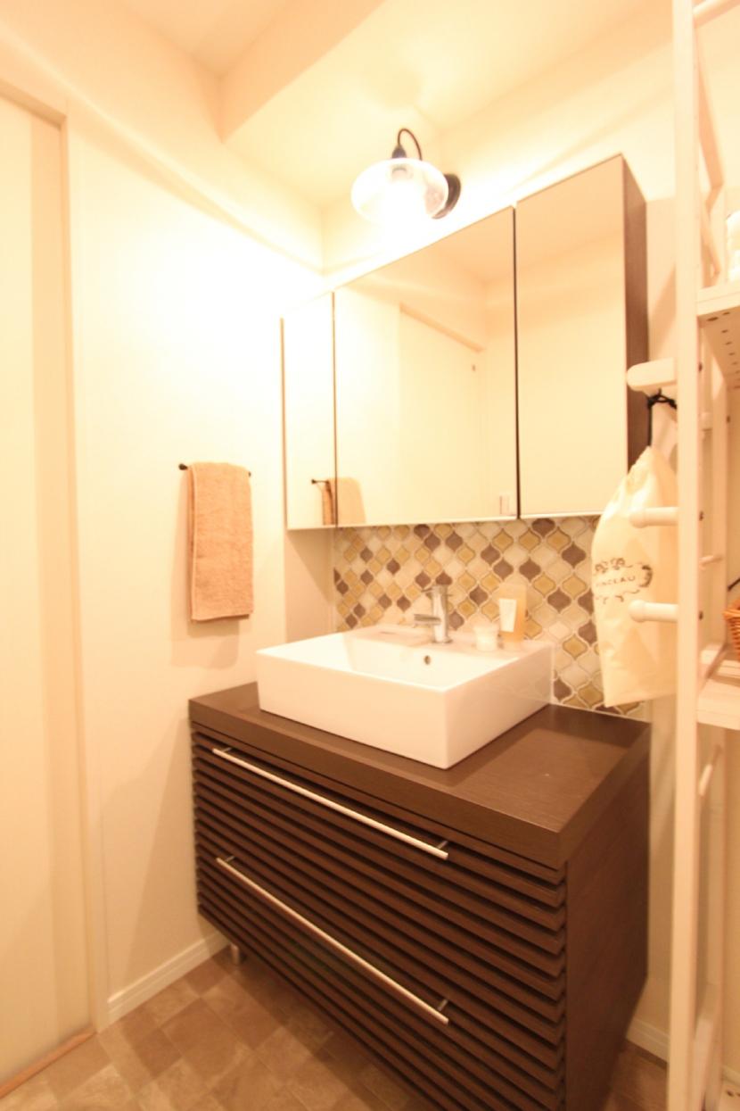 タイルやカラーでオリジナリティを楽しむ家の部屋 アイテムにこだわった造作洗面台