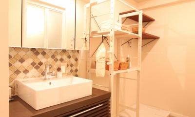 間口を活かした洗面室 タイルやカラーでオリジナリティを楽しむ家