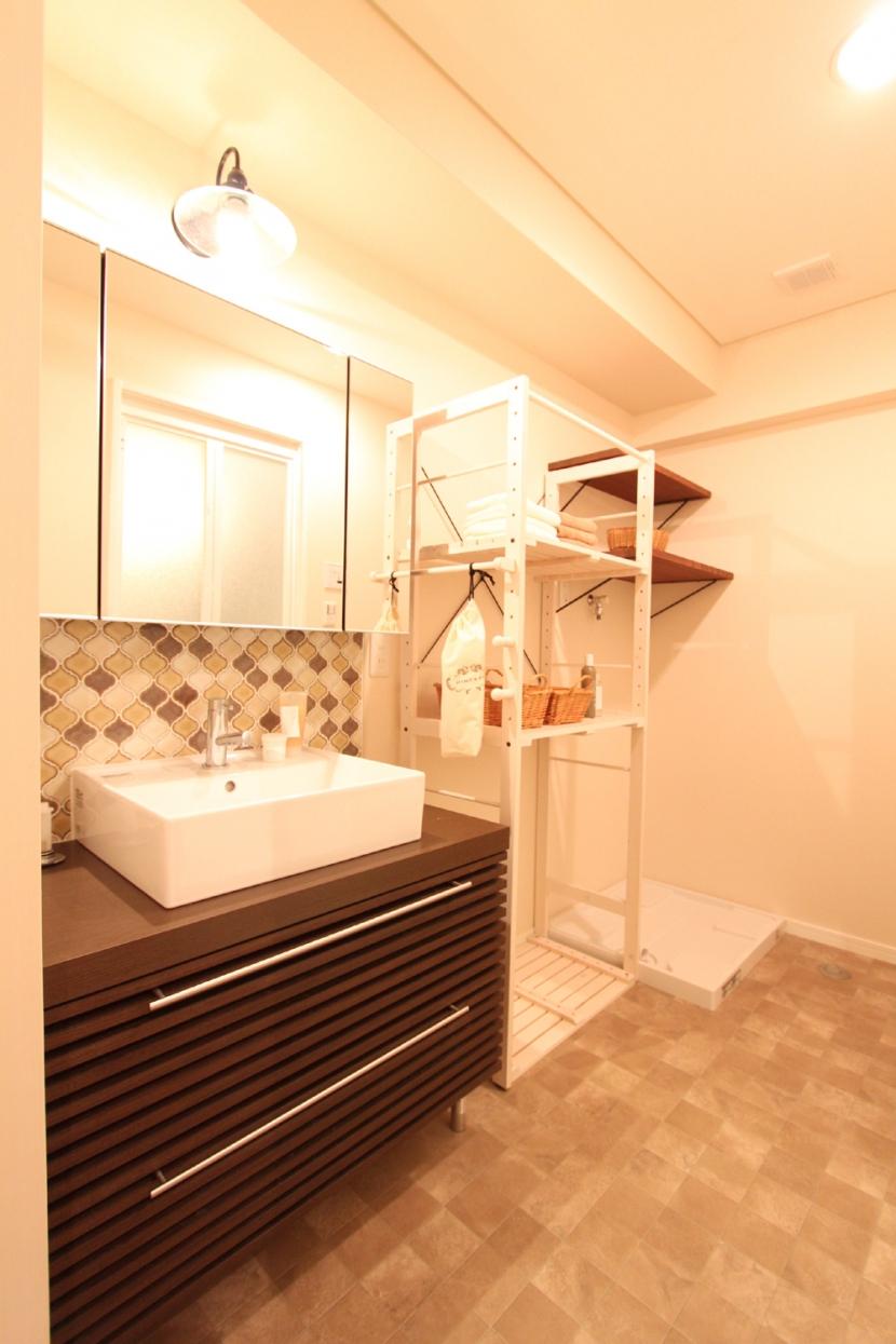 タイルやカラーでオリジナリティを楽しむ家の部屋 間口を活かした洗面室