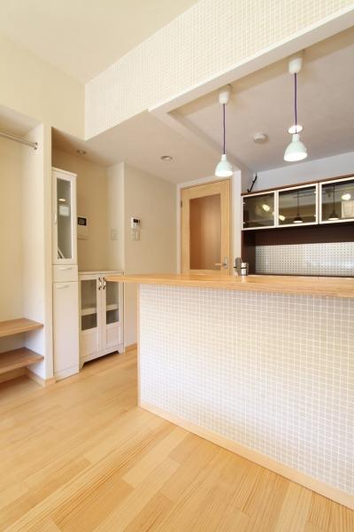 収納計画にこだわった北欧スタイルの家 (モザイクタイルがかわいい対面キッチンカウンター)