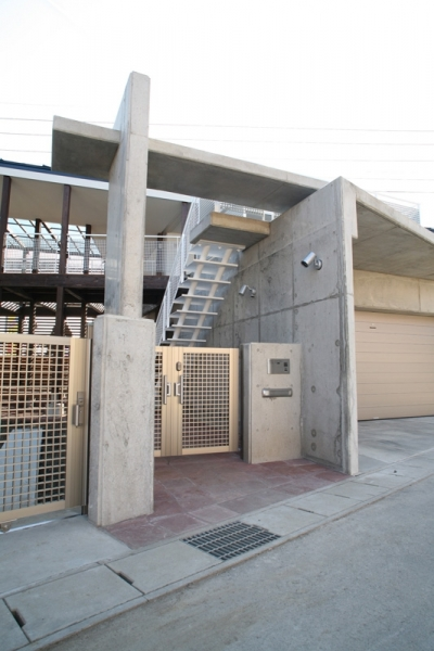門扉 (周囲を道路に囲まれた変形敷地に建つ家)