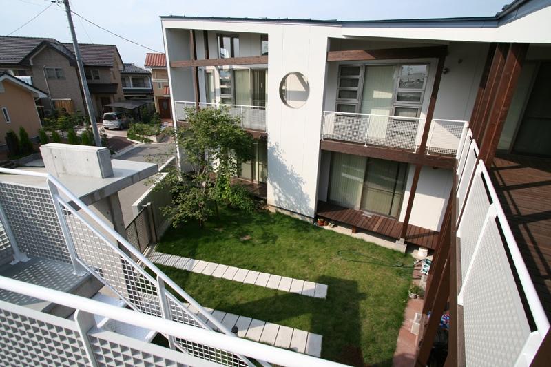 周囲を道路に囲まれた変形敷地に建つ家の部屋 中庭見下ろし