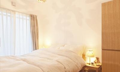 東京都狛江市A様邸 ~広いLDKで寛ぐフレンチカントリーな家~ (照明がアクセントの寝室)