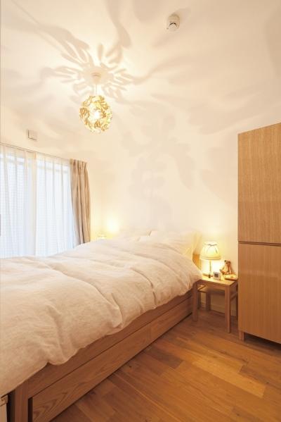 照明がアクセントの寝室 (東京都狛江市A様邸 ~広いLDKで寛ぐフレンチカントリーな家~)